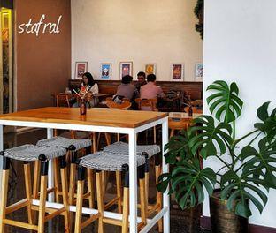 Foto 1 - Interior di Kaca Coffee & Eatery oleh Stanzazone
