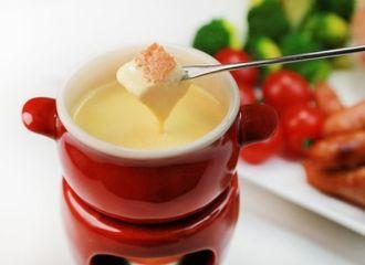 Kenalan dengan Cheese Fondue yang Cara Makannya Unik Banget