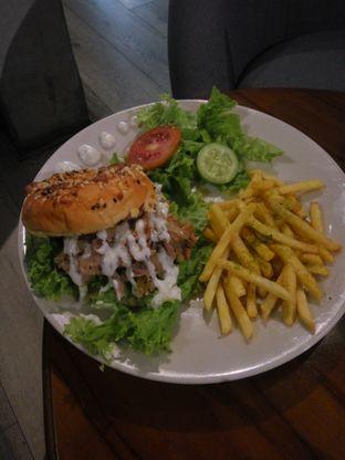 Foto 3 - Makanan(Tuna Chunk Monsoon Bagel) di Monsoon Cafe oleh Fadhlur Rohman