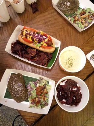 Foto 8 - Makanan(Burgreens Steak served with mashed  potacauli and Vegan Hotdog) di Burgreens Express oleh Clara Yunita