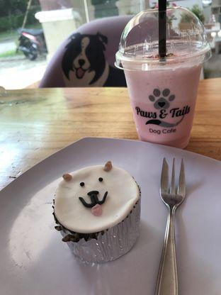 Foto - Makanan(Cupcake dan strawberry frappe) di Paws & Tails Dog Cafe oleh Ariel