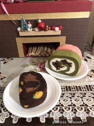 Foto 2 - Makanan(Matcha, Mocha Almond, Strawberry Japanese Roll Cake) di Sollie Cafe & Cakery oleh Patsyy