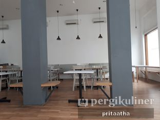 Foto 2 - Interior di The Neighbors Cafe oleh Prita Hayuning Dias