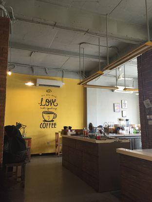 Foto 2 - Interior di Yellow Truck Coffee oleh Theodora