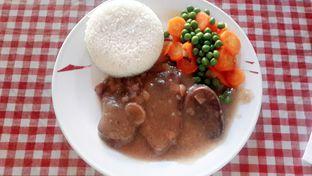 Foto 6 - Makanan(Beef Tongue with Mushroom Sauce (IDR 97,900 - Nett)) di Tizi's Cakeshop & Resto oleh Rinni Kania