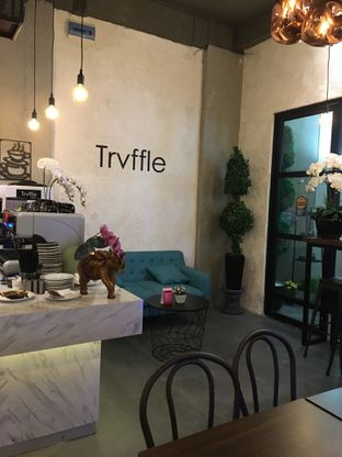 Foto 11 - Interior di Trvffle Bistro oleh Jeljel