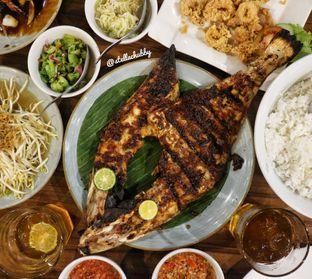 Foto 1 - Makanan(Ikan bakar sukkang) di Dermaga Makassar Seafood oleh Stellachubby