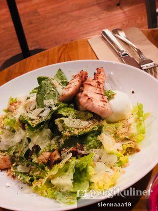 Foto 2 - Makanan(CAESAR SALAD with grilled chicken) di Monolog oleh Sienna Paramitha
