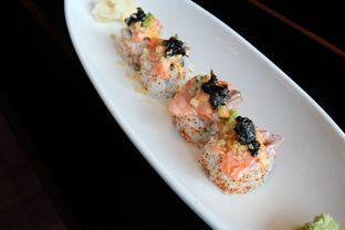 Foto 1 - Makanan(Aburi salmon spicy roll) di Enmaru oleh Pengembara Rasa