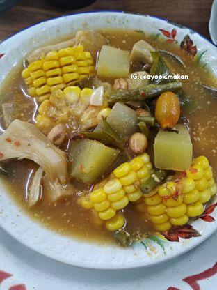 """Foto 3 - Makanan(""""Sayur Adem Demplon'"""" yang fenomenal. #ayookmakan) di Warung Mak Dower oleh AyookMakan   IG: @ayook.makan"""