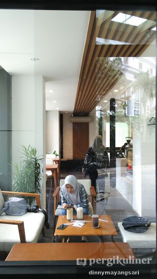 Foto 9 - Interior di Simetri Coffee Roasters oleh dinny mayangsari