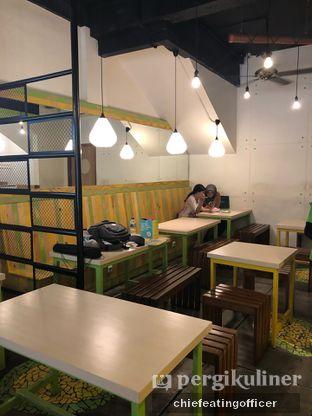 Foto 5 - Interior di Kedai Es Pisang Ijo Pemuda oleh Cubi