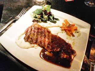 Foto 5 - Makanan(Wagyu sirloin A5, truffle sauce, mash potatoes, brased cumin carrots ) di Gaia oleh Clara Yunita