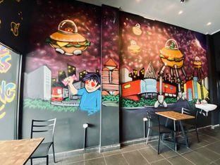 Foto 7 - Interior di FIX Burger oleh feedthecat