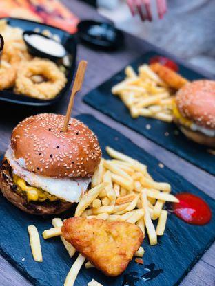 Foto 2 - Makanan di Dope Burger & Co. oleh Maria Marcella
