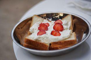 Foto 3 - Makanan(Strawberry Toast) di Dua Coffee oleh Fadhlur Rohman