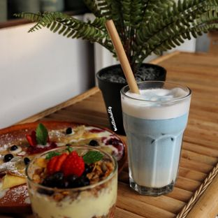 Foto 2 - Makanan(Blue sky latte) di The Local Garden oleh Stellachubby