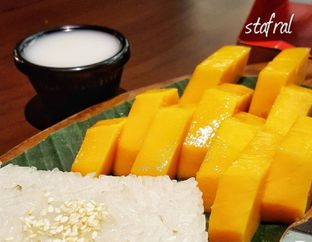 Foto 2 - Makanan(Khao Niaw Mamuang) di Tamnak Thai oleh Stanzazone