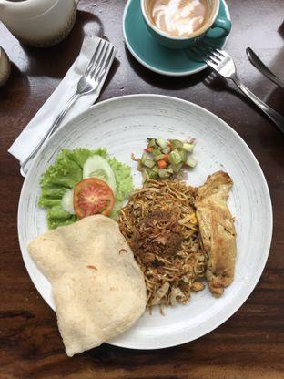 Foto 4 - Makanan(Mie goreng rendang) di Papa & Mama Bistro and Coffee oleh Patricia.sari