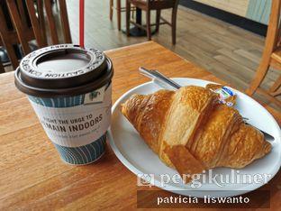 Foto 1 - Makanan(Cinammon spice tea & butter croissant ) di Caribou Coffee oleh Patsyy