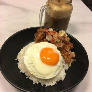 Foto 2 - Makanan(Crispy pork belly with sambal matah) di Wokhei oleh Ria