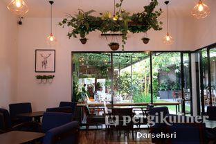 Foto 2 - Interior di Dimitree Coffee & Eatery oleh Darsehsri Handayani