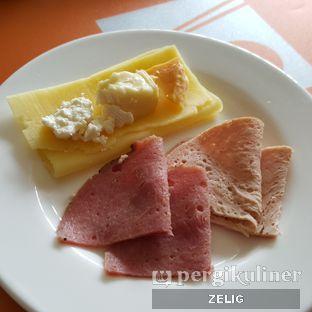 Foto 2 - Makanan di The Square - Hotel Novotel Bandung oleh @teddyzelig