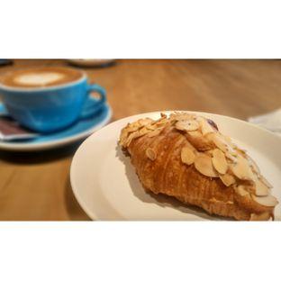 Foto 6 - Makanan(Almond croissant ) di Harliman Boulangerie oleh chubby Bandung