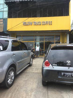 Foto 3 - Eksterior di Yellow Truck Coffee oleh Theodora