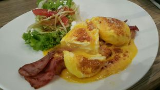Foto 1 - Makanan(Egg Benedict IDR 35,000  Pouched Egg Perfect, Roti Empuk Wonderful Taste! ) di Garasi Ergo oleh Roy Moni