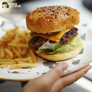 Foto 2 - Makanan(O.G Cheese Burger) di Common Grounds oleh @demialicious
