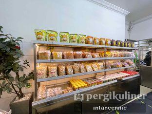 Foto 7 - Interior di Pisang Goreng Madu Bu Nanik oleh bataLKurus