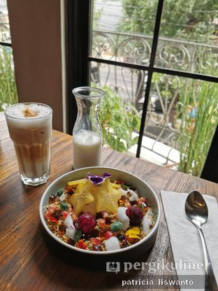 Foto 2 - Makanan(granola bowl) di Burns Cafe oleh Patsyy