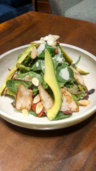 Foto 14 - Makanan(Baby Spinach Salad (IDR 60k) ) di Six Ounces Coffee oleh Renodaneswara @caesarinodswr