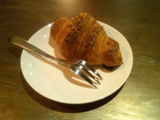 Foto 4 - Makanan(Mini Croissant Cheese (20k), ) di Coffee Smith oleh Renodaneswara @caesarinodswr