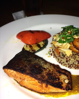 Foto 3 - Makanan(Pan-seared salmon with crispy quinoa and charred vegetables) di Cork&Screw oleh Claudia @grownnotborn.id