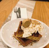 Foto tiramisu waffle di Common Grounds