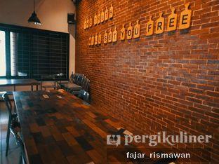 Foto 3 - Interior di Yellow Truck Coffee oleh Fajar | @tuanngopi