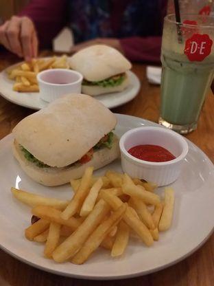 Foto 3 - Makanan(Grilled Chicken Sandwich) di Douwe Egberts oleh Qorry Ayuni