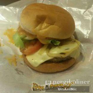 Foto 1 - Makanan(Combo cheese burger) di Five Monkeys oleh UrsAndNic