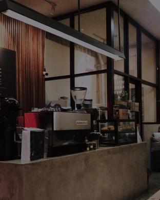 Foto 5 - Interior di Makmur Jaya Coffee Roaster oleh @qluvfood