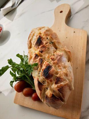 Foto 1 - Makanan(Garlic cheese herb crack bread) di Nicole's Kitchen & Lounge oleh Komentator Isenk