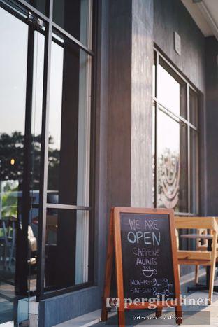 Foto 4 - Eksterior(Bagian depan untuk smoking area) di Coffeedential Roastery & Dessert oleh Yudith Kindangen