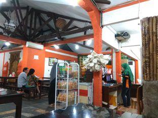 Foto 6 - Interior di Waroeng Jangkrik Sego Sambel Wonokromo oleh yesi nila