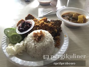 Foto - Makanan(Pake Ayam + Tahu&Tempe + Nasi Uduk) di Ayam Goreng Kalasan Borobudur oleh Cubi