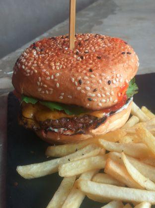 Foto 8 - Makanan(Hypeburger (IDR 90k) ) di Dope Burger & Co. oleh Renodaneswara @caesarinodswr
