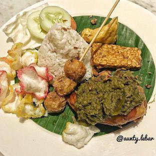 Foto 2 - Makanan(Nasi Ayam Cabai Hijau) di JJ Royal Brasserie oleh Aunty Lebar