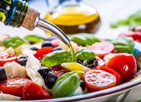Salad Bisa Jadi Kuliner yang Menyehatkan dan Tidak Jika Dipadukan dengan Ini!