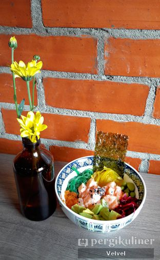 Foto 2 - Makanan(Super Poke + Quinoa) di Back Office Bistro oleh Velvel