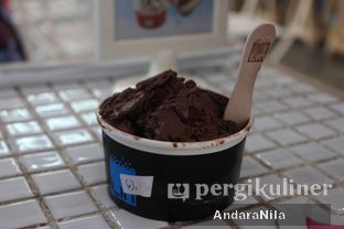 Foto 7 - Makanan(The Ultimate Dark Chocolate) di LIN Artisan Ice Cream oleh AndaraNila